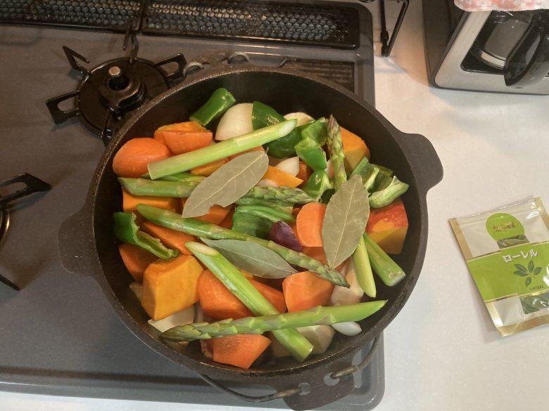 野菜を入れる ローリエを入れる